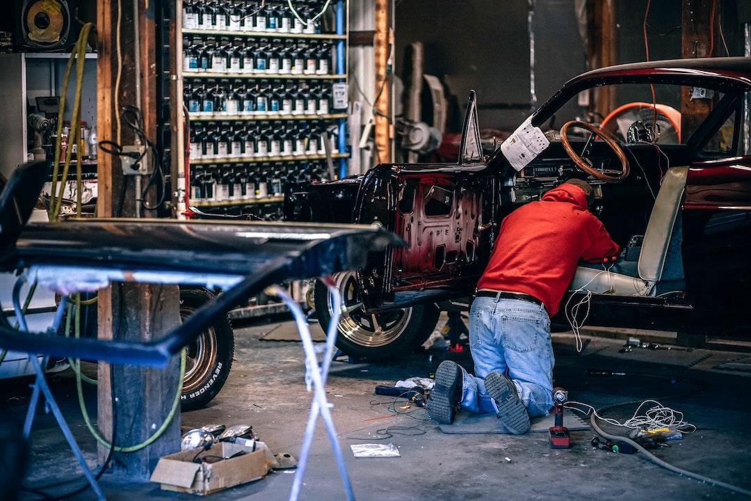 mand arbejder i sin garage