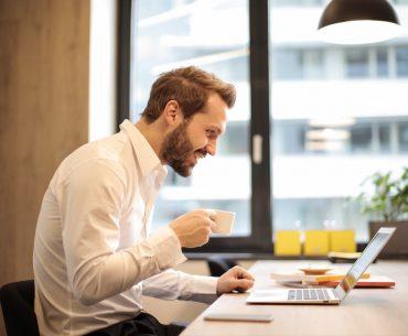 mand tænker foran computer