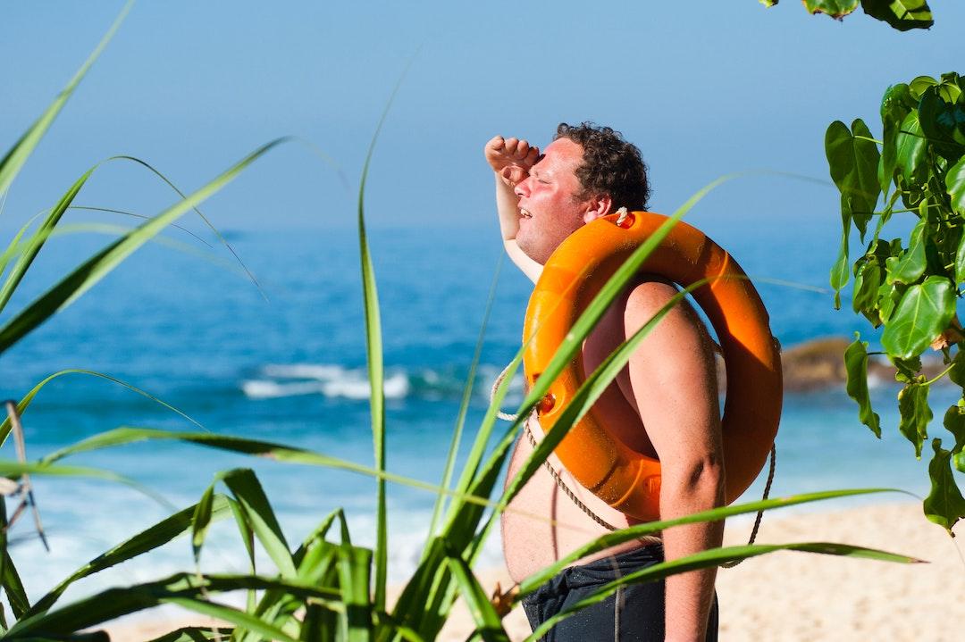 mand i solen med brug for klimaanlæg